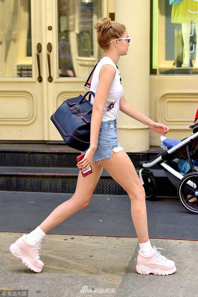 吉吉_吉吉·哈迪德挎包疾走秀长腿 与妈妈街头比美似姐妹