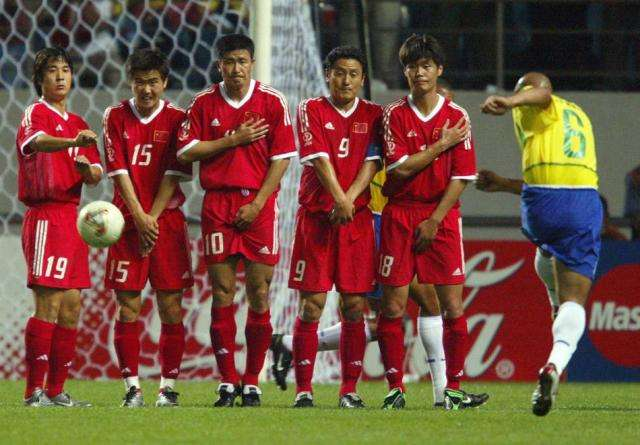 """国足进入2002年韩日世界杯   近日,著名主持人白岩松在一档世界杯节目中谈到了关于世界杯和国足的话题,他表示特别愿意中国足球让我哭,但是中国足球一般不会给这样的机会。   白岩松在节目中谈到了自己对中国足球的执念:""""我特别愿意让中国足球让我哭,这种哭不是难过,而是热血沸腾,而是激动,而是2-0领先比利时哪怕最后被翻盘……但是,中国足球一般不给我这样的机会!"""