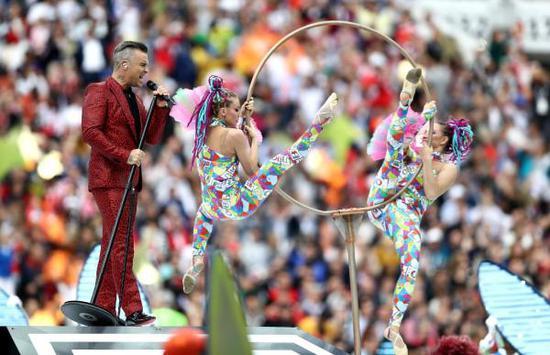 罗比威廉姆斯世界杯开幕式当众竖中指 播出方道歉
