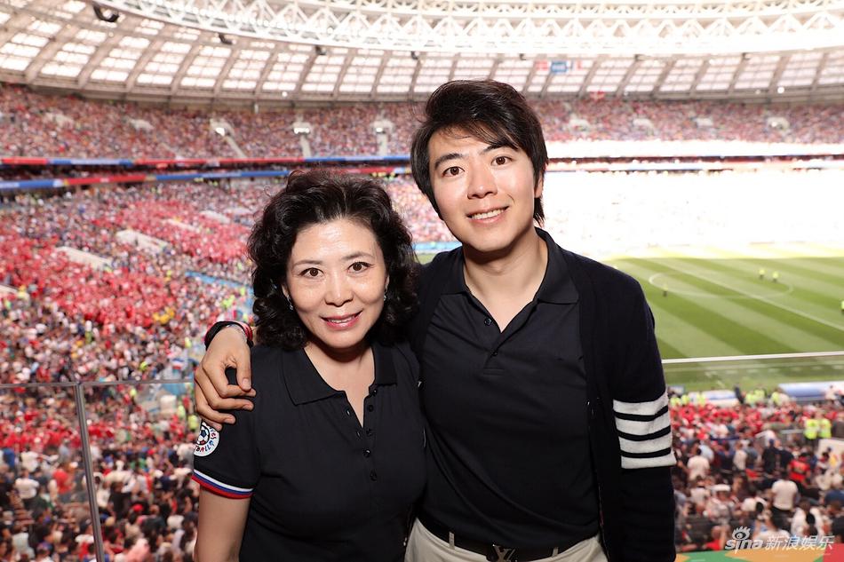 郎朗携母亲现场观战世界杯 与足球明星亲密交流