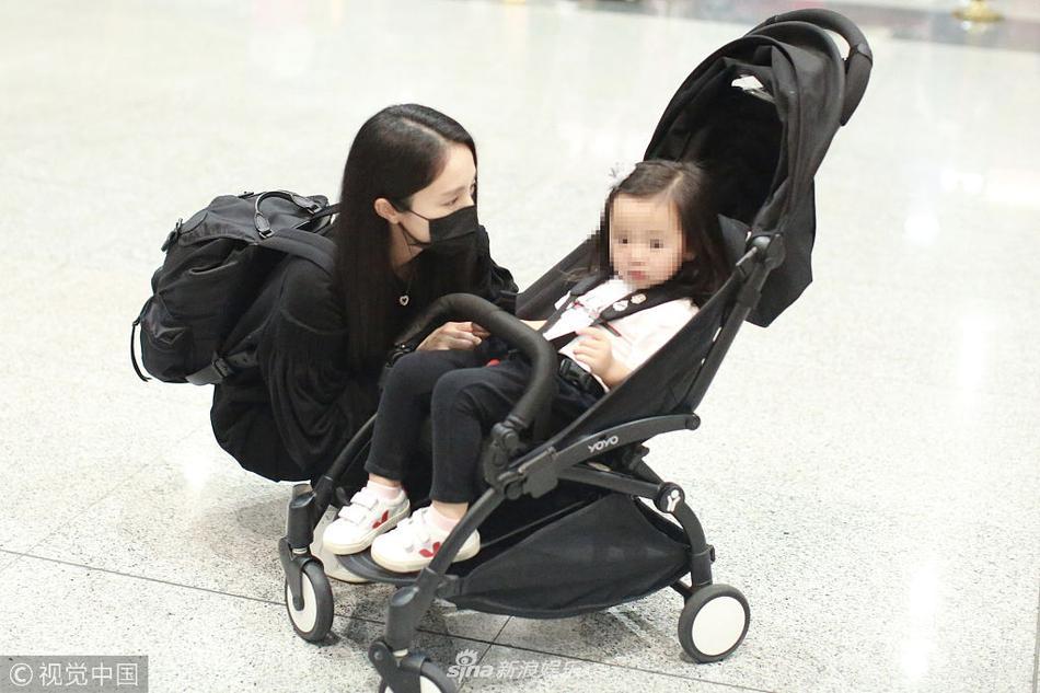 现身北京机场 董璇为保释高云翔愿与女儿搬到澳洲
