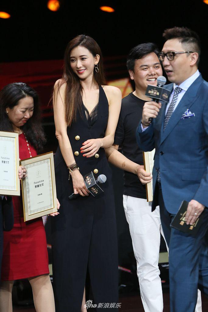 澳门,5月10日,林志玲现身澳门参加颁奖典礼,在为选手发奖时以半蹲姿态图片