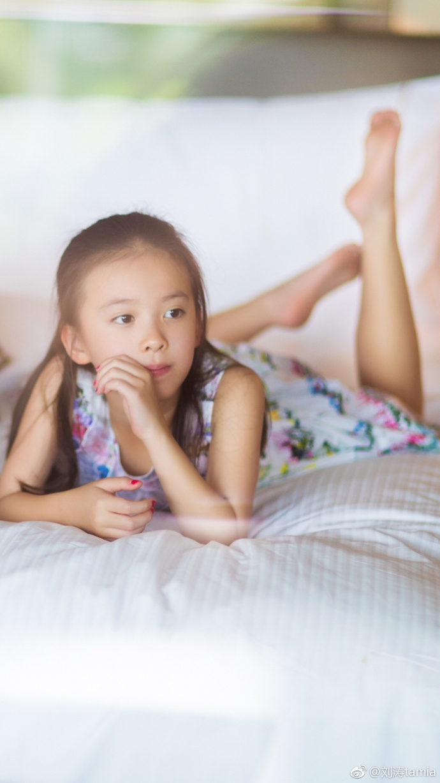 """并配文称:""""宝贝十岁了,妈妈希望你每一天都是个健康快乐的小丫头!"""